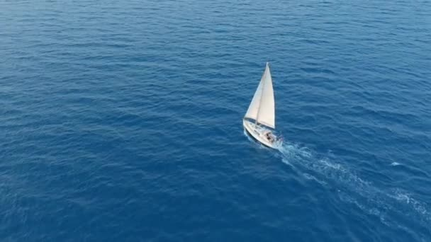 Légi felvétel. Jacht vitorlázás a nyílt tengeren a napos szeles napon.
