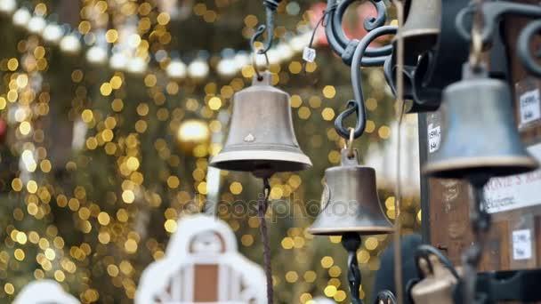 Vista del primo piano di molti bella vecchio stile dorato Natale campane appeso come nuovo anno