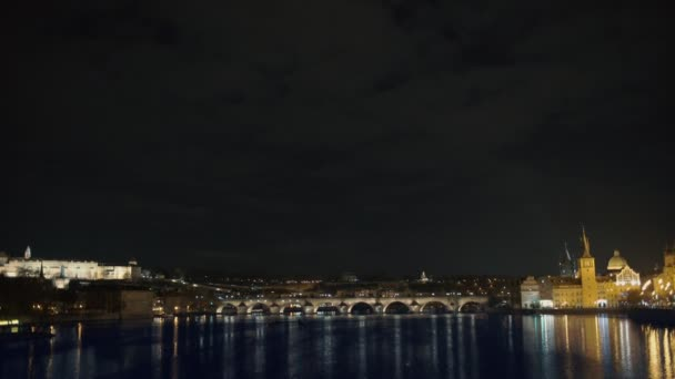 Pražský hrad a Karlův most za soumraku v Praze, Česká republika, řeka vltava v popředí
