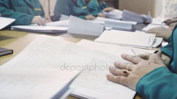 Lidé pracující v tiskárně
