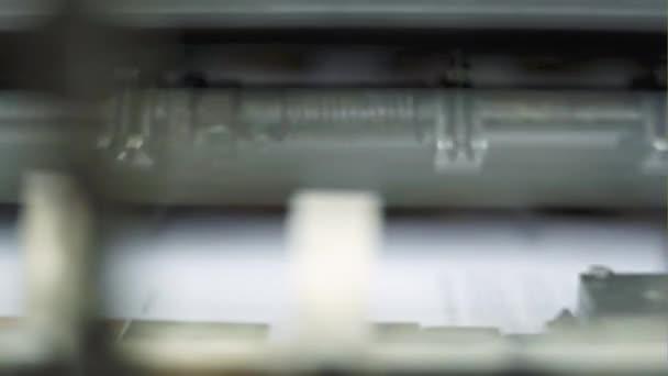 Tisk fotografií v časopise na starém tiskařském stroji - zblízka