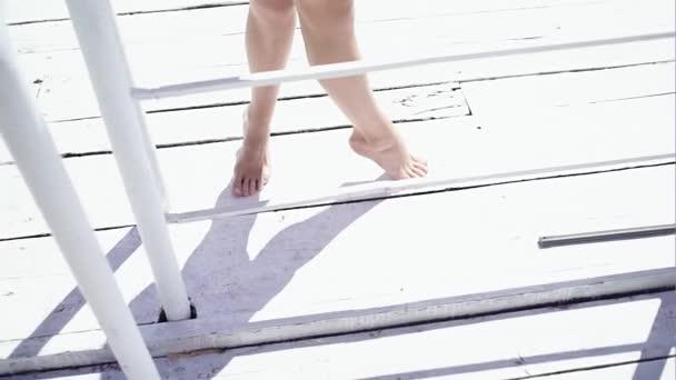 Mladá dívka pěšky podél promenády