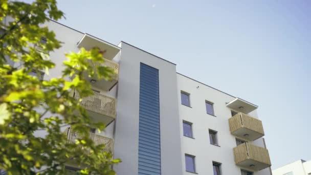 Gevel van moderne blok huis u2014 stockvideo © procinemastock #167856352