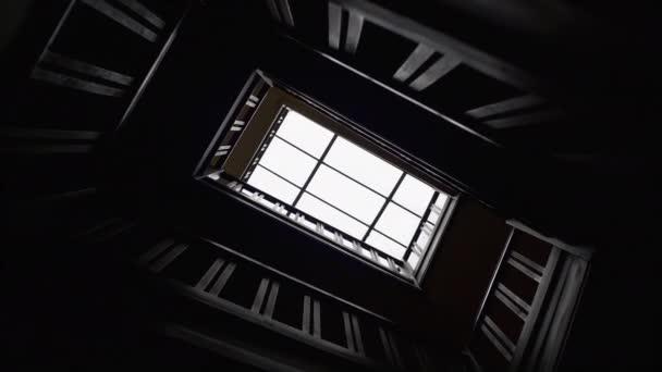 Z dolní části tmavé letu schodiště a okna ve stropě. Hrozný kontrast scény pro hororové filmy
