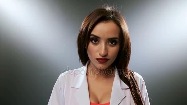 Mladá brunetka s světlý make-up