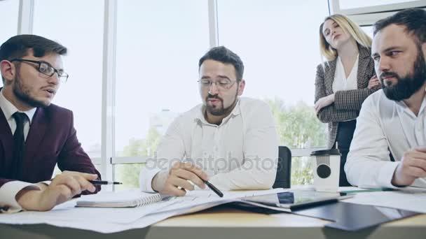 Impegnato team di Manager lavorando sodo