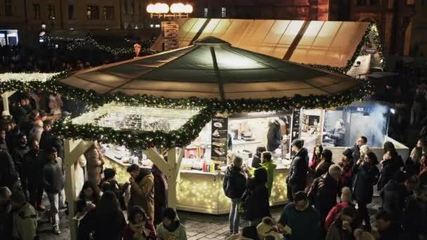 Praha, Česká republika - 25 prosince 2017: pražské vánoční trhy na Staroměstském náměstí s gotickou katedrálou Tyne. Centrum Prahy je chráněné organizací Unesco