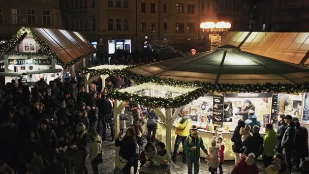 Praha, Česká republika - 25 prosince 2017: vánoční Staroměstské náměstí v Praze