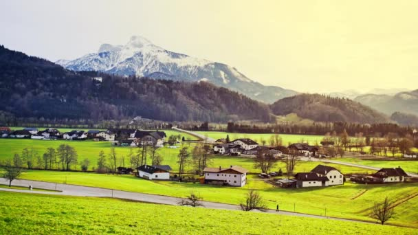 Alpské vesnice ve svěží zelené údolí