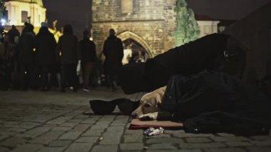 Praha, Česká republika - 25 prosince 2017: bezdomovci se psem na ulici