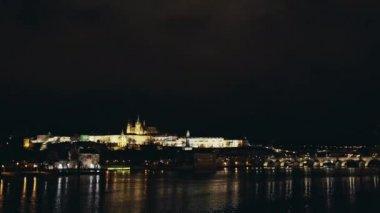 Karlův most a Pražský hrad za soumraku, Praha, Česká republika