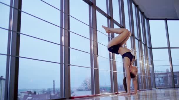 Boční pohled portrét atraktivní mladé ženy pracovat ven, jógu nebo pilates cvičení