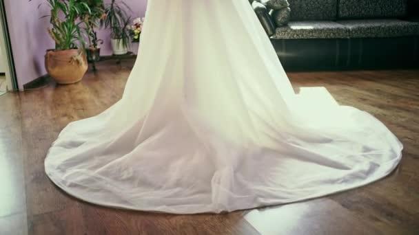 Krásná nevěsta budoár portrét svatební líčení a účes, dívka v závoj a šperky doma. Nevěsta svatební ráno. Módní nevěsta nádherné krásy, usmívající se žena šťastná nevěsta s manželství květiny