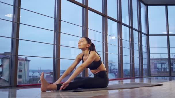 Sportovní mladá žena, která dělá praxe jógy