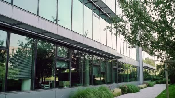 Moderní architektura skleněné kancelářské budovy zblízka nízký úhel pohledu