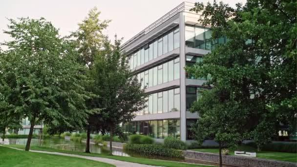 Moderní kancelářská budova v městském parku. Pohled z obchodní čtvrti na léto