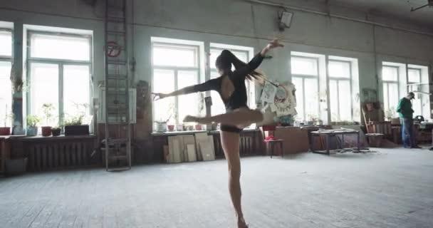 Молодая девчонка на тренировке танцами, любительское фото русских голых девушек