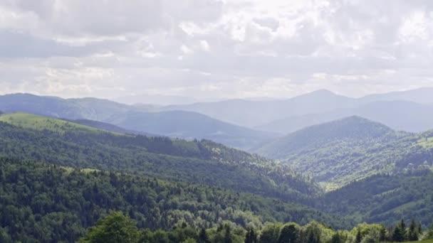 Scenérie pohoří. Panorama hory louky a les. Karpaty krajina - Panorama