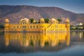 Fotografia Jal Mahal Palazzo sullacqua in mezzo al lago di Sagar uomo presso Ja