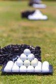 Bílé golfové míčky na bali