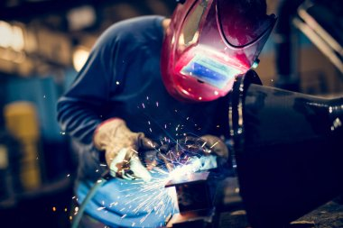 Man using mig mag welder