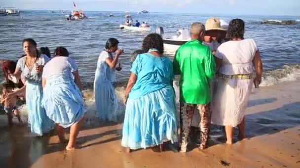 Salvador, bahia / brazil - 2020. február 2.: Candomble szurkolók és támogatók köszöntik Iemanját egy partin a Rio Vermelho környéki halászkolónián Salvador városában.