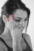 Una giovane donna è alle prese con dolore, isolato su priorità bassa