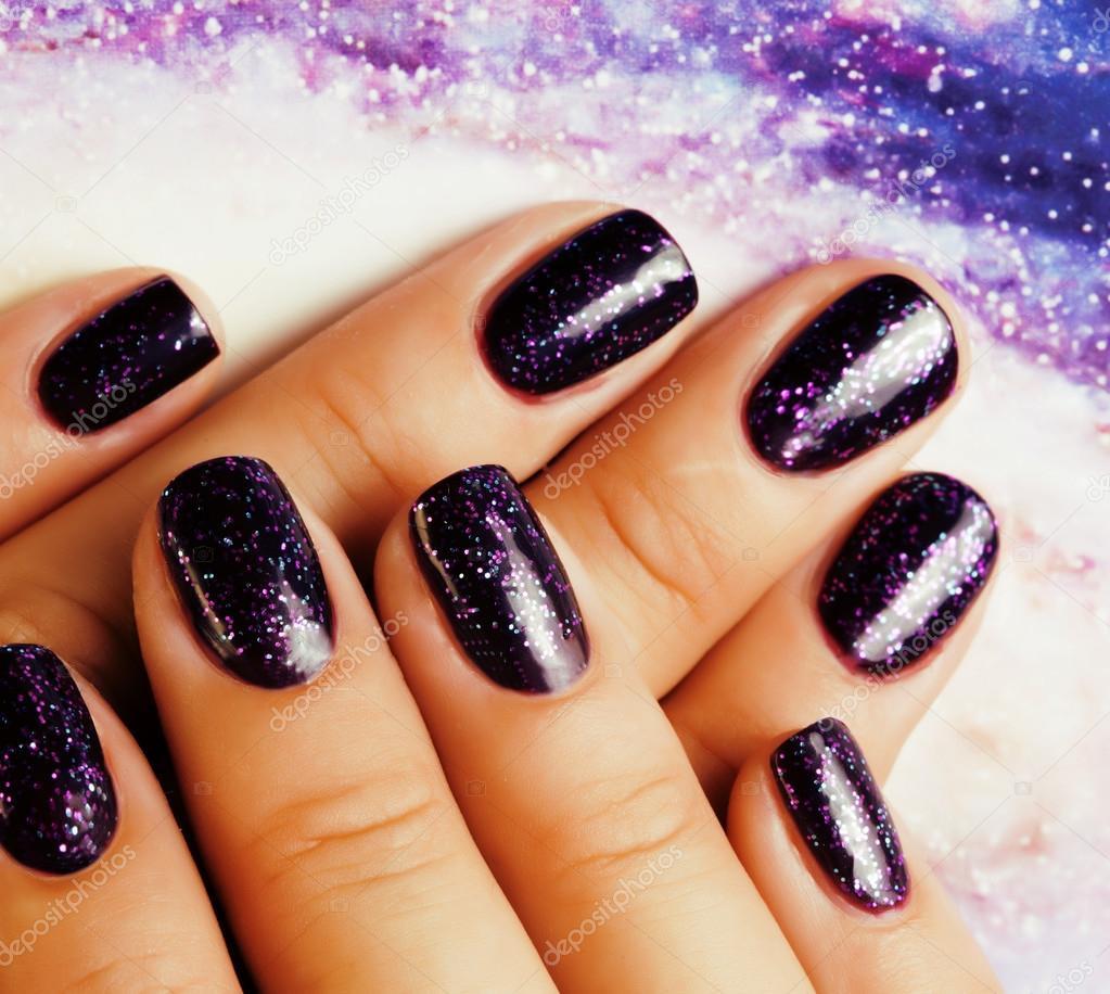 stilvolle manik re konzept frau finger mit n gel lila glitzer auf den n geln wie kosmos. Black Bedroom Furniture Sets. Home Design Ideas