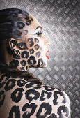 junge sexy Frau mit Leopardenschminke am ganzen Körper, Katzenbody, Halloween-Look