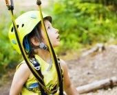 Roztomilý chlapeček v helmě vede trať v zeleném lese, spokojený úsměv statečný kluk sám školení, životní styl lidí koncepce