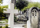 Fotografie Grabsteine auf dem Friedhof in der Abenddämmerung