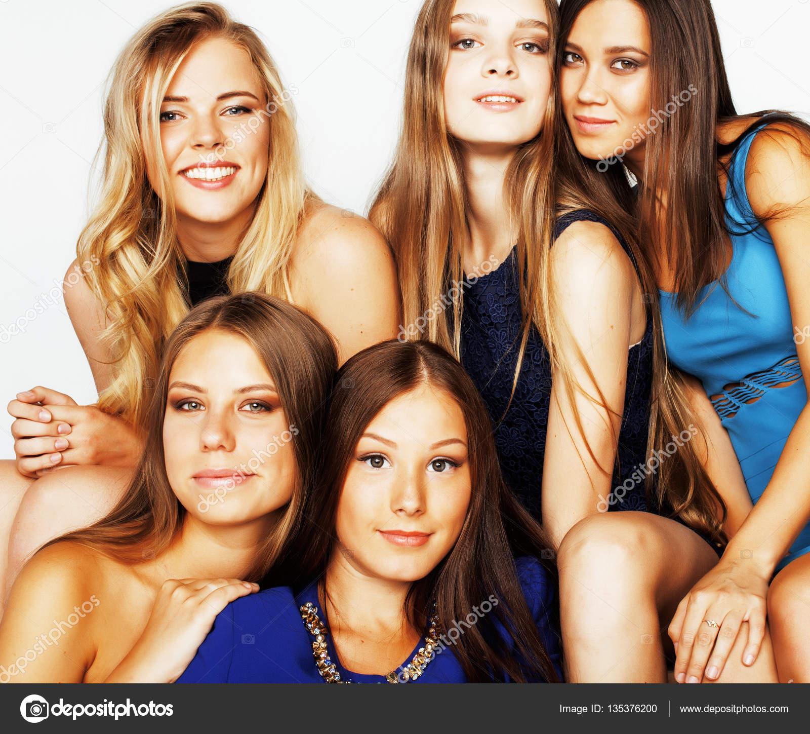 viele Freundinnen umarmen — Stockfoto © iordani #135376200