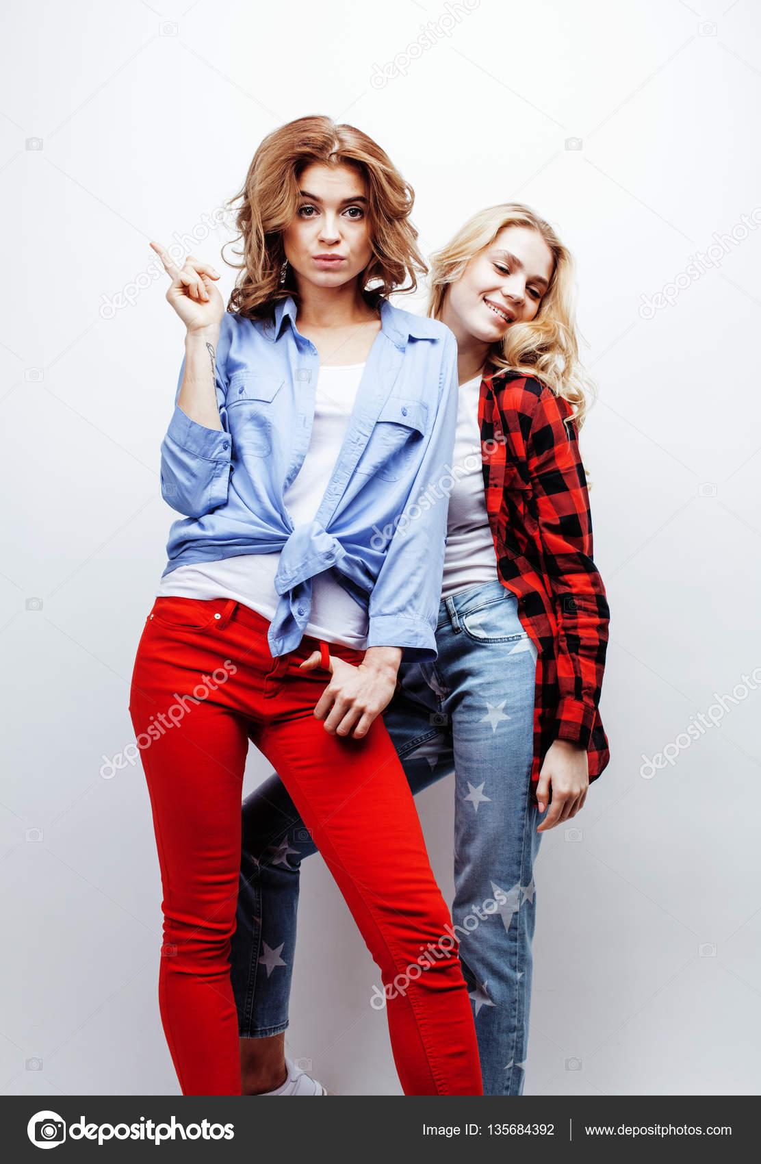 Deux femme jolie blonde s'amuser ensemble sur fond blanc, mature mère et  jeune fille adolescente, concept de gens lifestyle bouchent — Image de  iordani