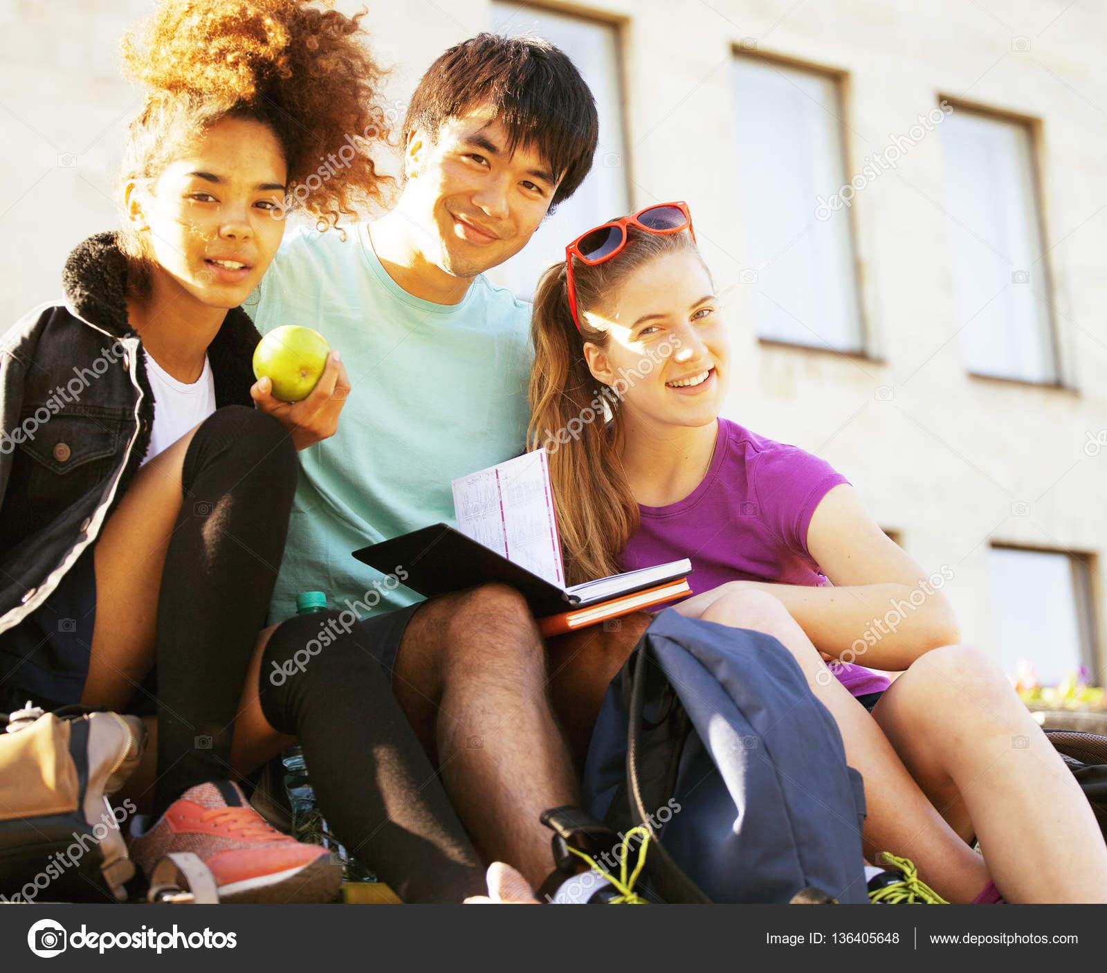 大学で 10 代のかわいいグループ — ストック写真 © iordani #136405648