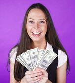 hübsche junge Brünette echte moderne Frau mit Geld Bargeld auf blauem Hintergrund glücklich lächelnd, Lifestyle-Menschen Konzept