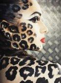 Frau mit Leopard Make up