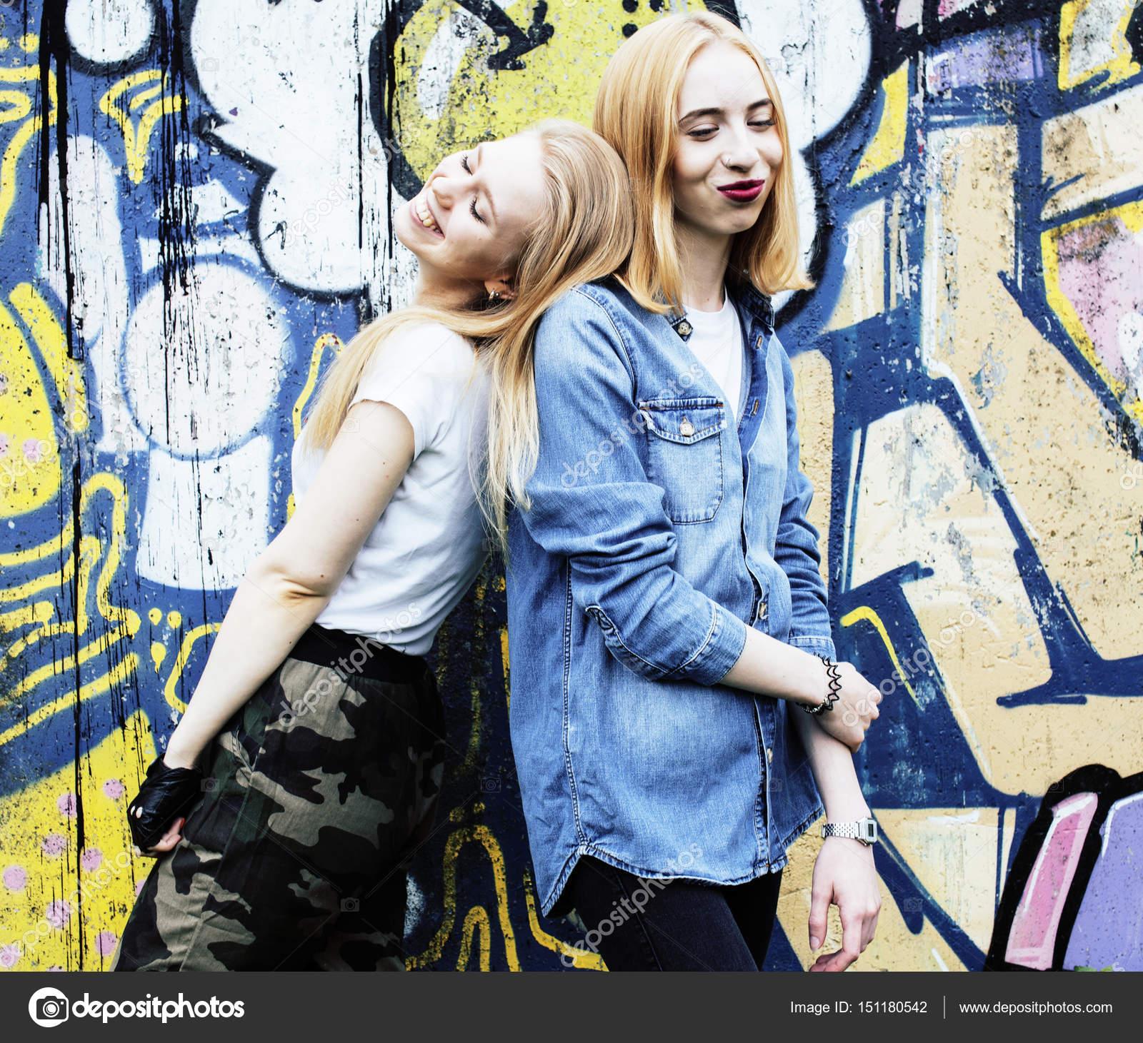 Zwei Coole Blonde Realgirls Freunde Machen Selfie Auf Dach Lif