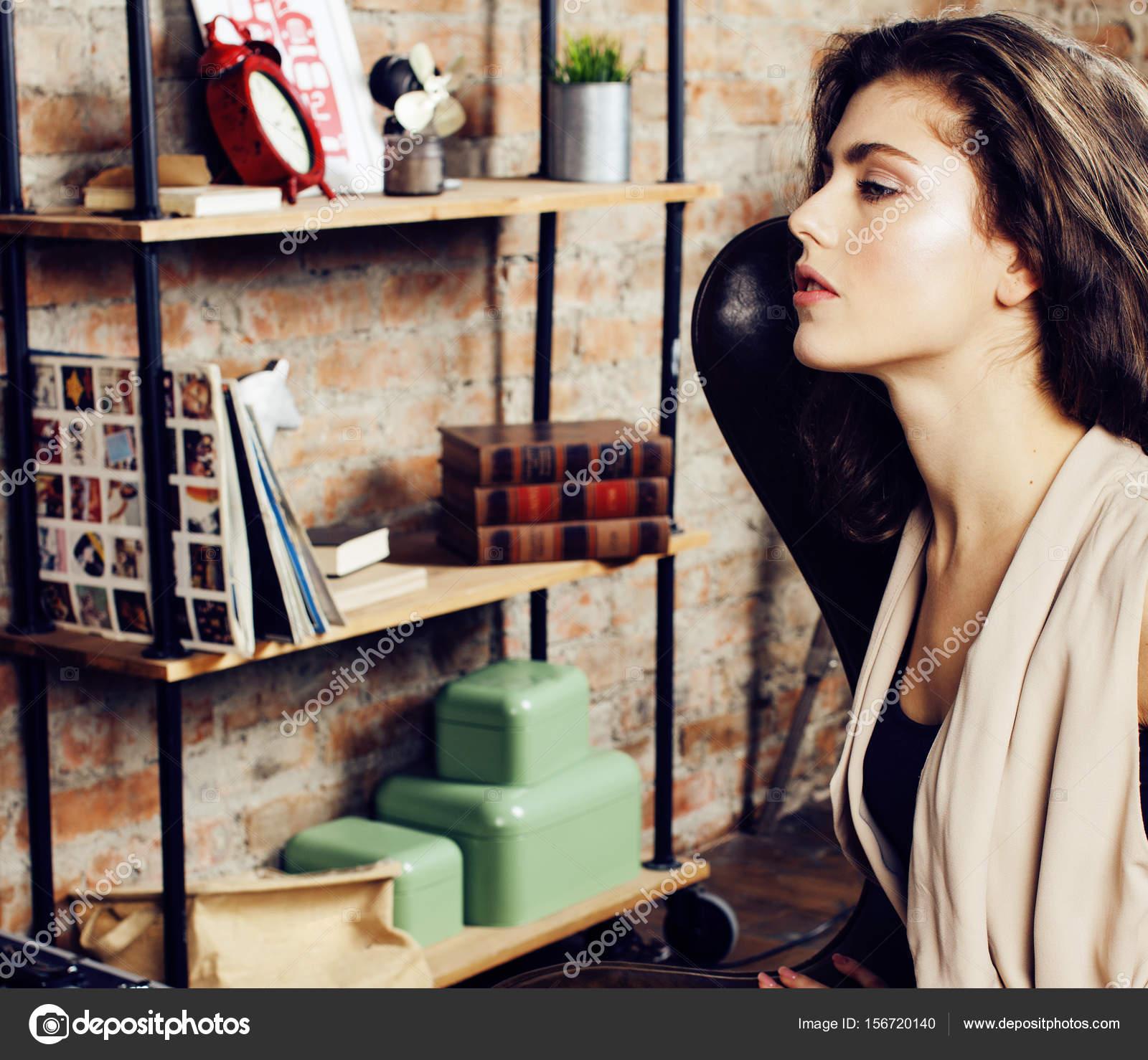 Fantastisch Junge Hübsche Frau Allein Im Modernen Loft Studio, Moderne Mädchen Hipster,  Musiker Modekonzept