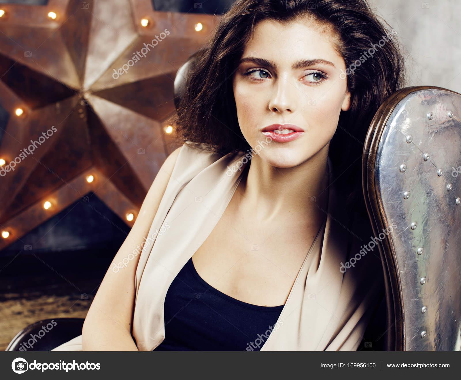 Junge Hübsche Frau Allein Im Modernen Loft Studio, Moderne Mädchen Hipster,  Musiker Modekonzept