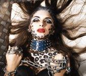 junge sexy Frau mit Leopardenschminke am ganzen Körper, Katze Bodyart