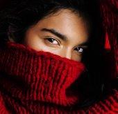 Fotografie junge hübsche indische Mulattin in rotem Pullover posiert emotional