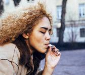 fiatal, csinos lány tizenéves cigaretta a dohányzás kívül közelről, lo