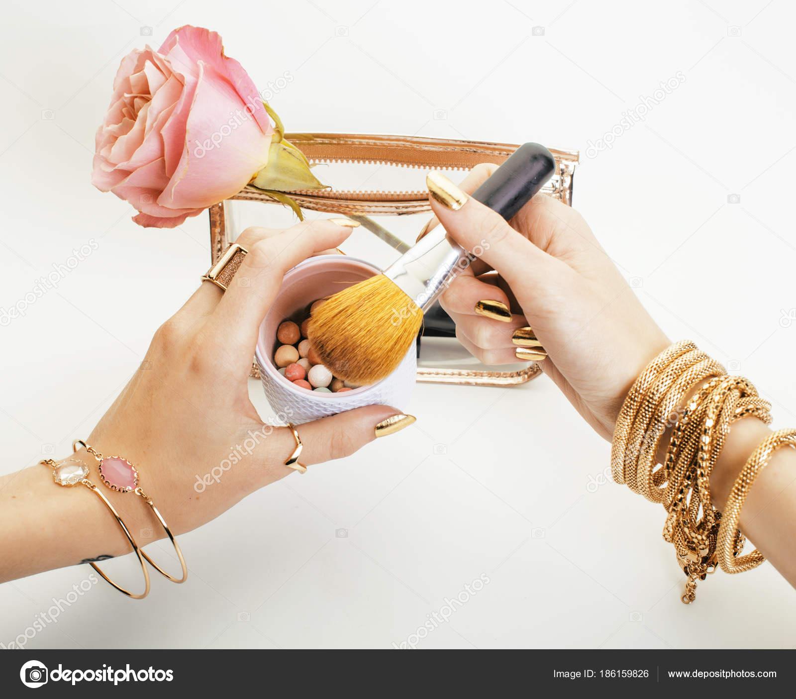5a02b7a40ebf Žena Ruce Zlatý Manikúru Mnoho Kruhy Těsně Drží Štětce Make — Stock  fotografie