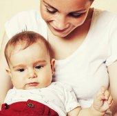 junge Brünette glückliche Mutter Holding Kleinkind Baby Sohn, Brust-Gebühr