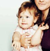 docela fakt normální matka s roztomilá blonďatá dceruška zavřít