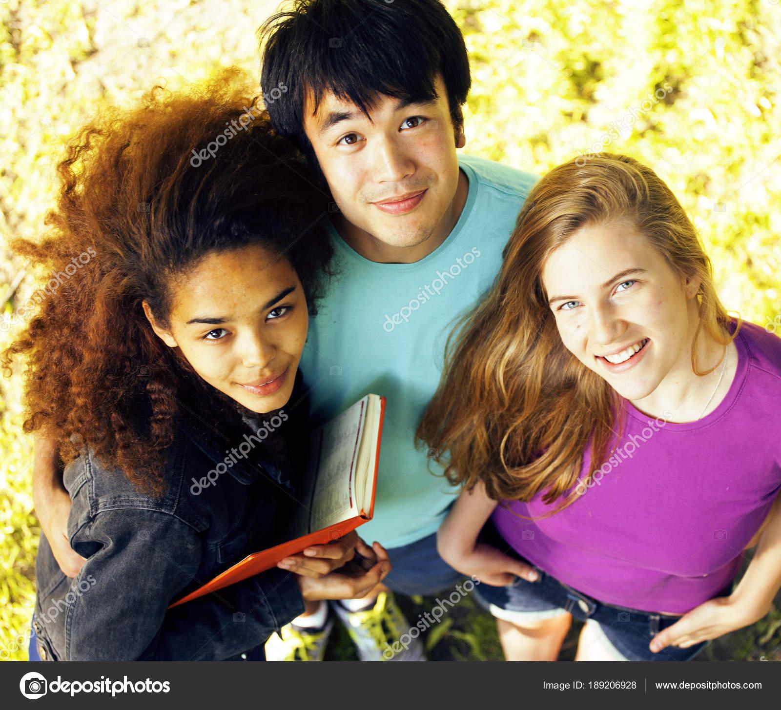 本大学の建物で 10 代のかわいいグループ — ストック写真 © iordani
