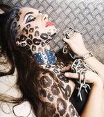 junge sexy Frau mit Leopard enmake up über den ganzen Körper, Katze Bodyart