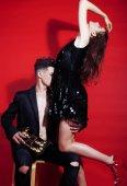 Fotografie junge Mode Stil paar Mann und Frau im roten sexy Hintergrund