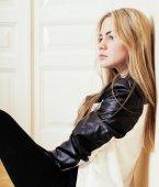 giovane ragazza bionda abbastanza adolescente che si siede sul pavimento a casa disperazione