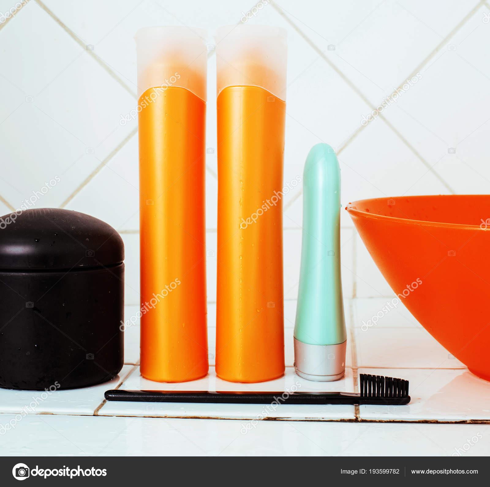 gebruikelijke spullen in de badkamer, shampoo, accessoires, zwarte ...